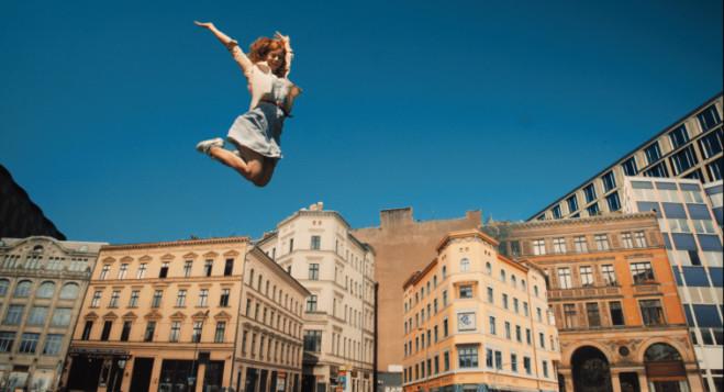 Cleo di Erik Schmitt: Berlino città pulsante, la recensione del film