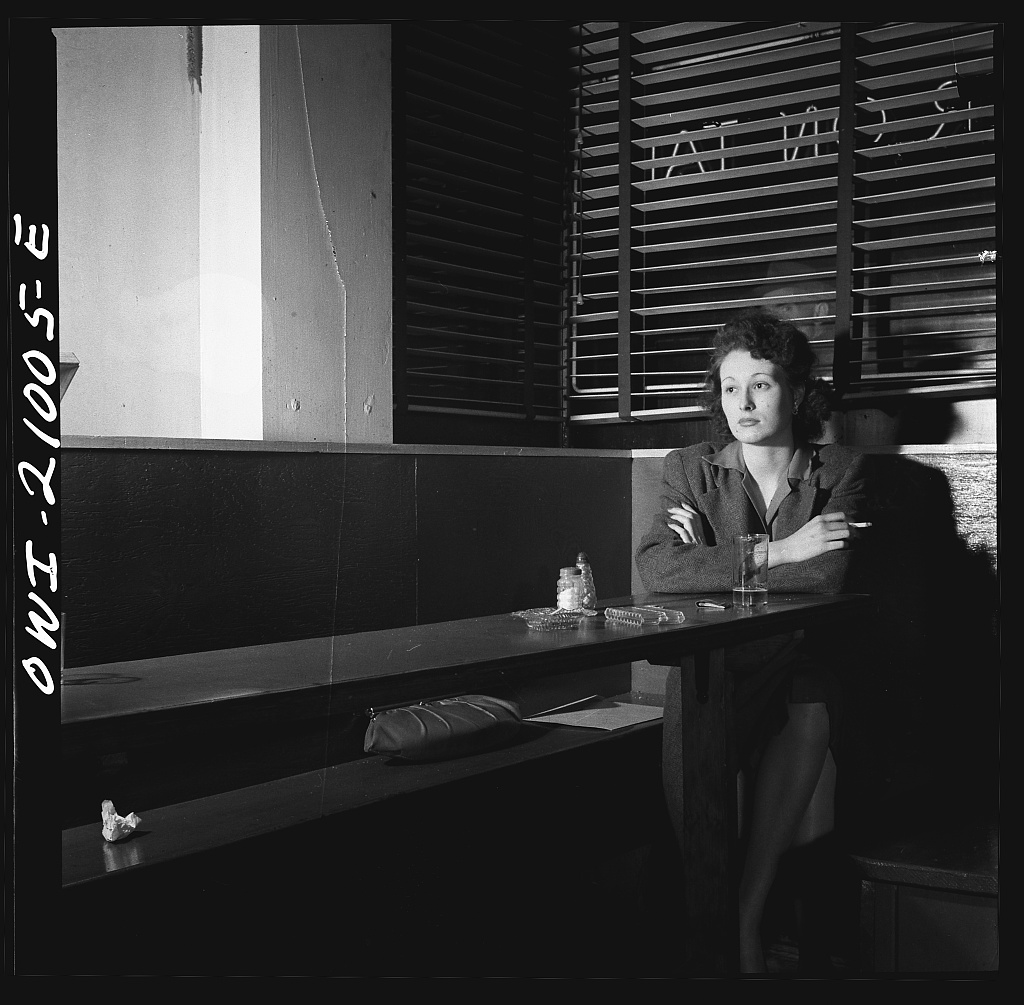 Girl Sitting Alone in the Sea Grill, a Bar and Restaurant, Waiting for a Pick-Up, Washington, D.C., aprile 1943 - Esther Bubley