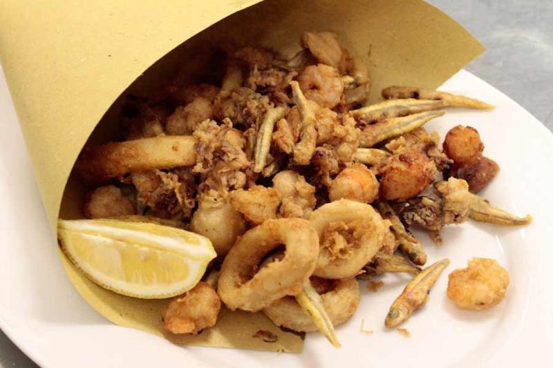 """Il cibo a """"Chianciano suona bene"""" è di alta qualità. Cartocci di pesce e carne fritta, oltre lo street food"""