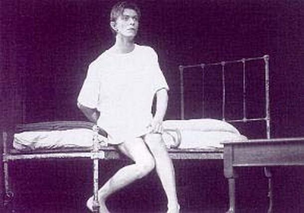 David Bowie è John Merrick nella versione teatrale di The Elephant Man (Regia Jack Hofsiss - Agosto 1980)